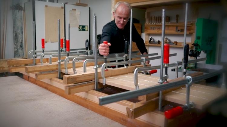 Maarten Barnhoorn aan het werk in zijn werkplaats