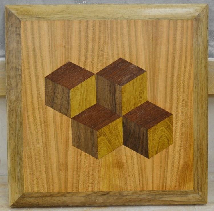 Uitgevoerd in inlands kersen-, goudenregen-, mahonie- en notenhout door Jan van de Wetering