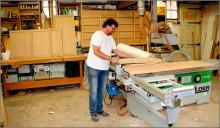 Theo Ruigrok in zijn werkplaats in Schipluiden